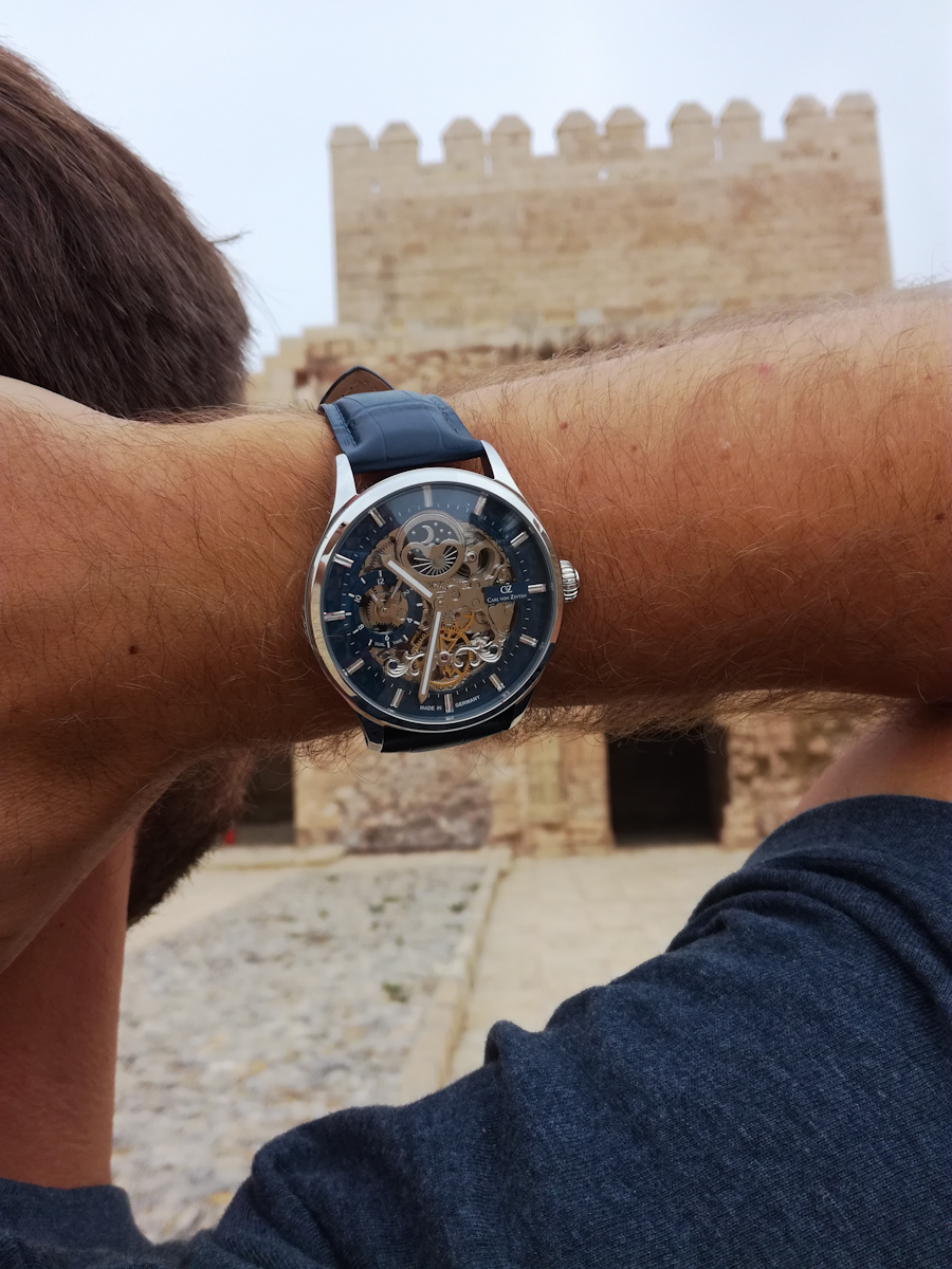 Zegarek Carl von Zeyten na nadgarstku